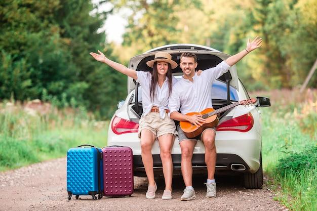 Casal jovem curtindo férias de verão
