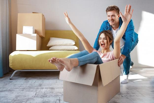 Casal jovem da família comprou seu primeiro apartamento pequeno