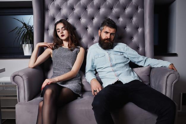Casal jovem da moda tendo problemas um com o outro