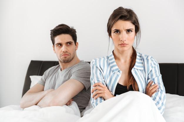 Casal jovem decepcionado, tendo um conflito