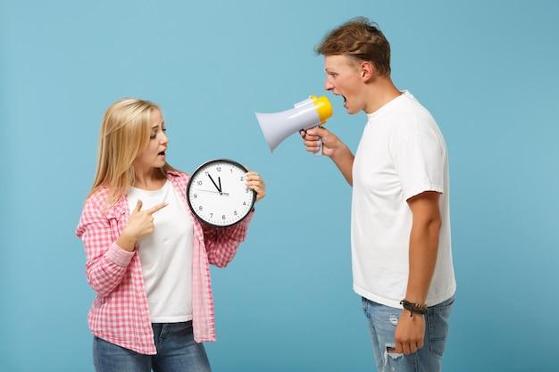 Casal jovem, dois amigos, cara e mulher em camisetas brancas rosa vazias posando