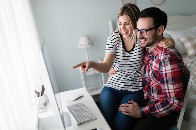 Casal jovem e atraente de designers trabalhando no computador
