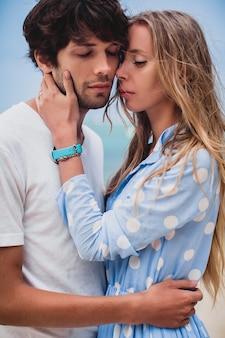 Casal jovem e elegante hippie apaixonado em uma praia tropical durante as férias