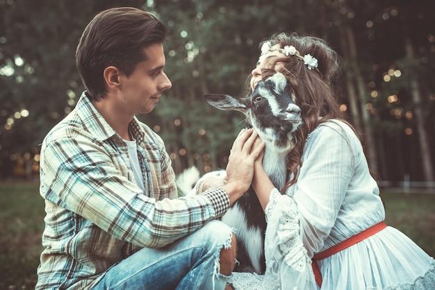 Casal jovem e engraçado cabra amigável