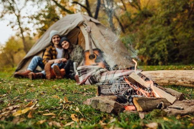 Casal jovem e querido de turistas tem um encontro na floresta Foto gratuita