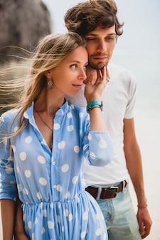Casal jovem elegante e hippie apaixonado em uma praia tropical durante as férias