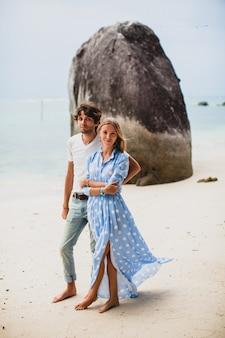 Casal jovem elegante e moderno apaixonado em uma praia tropical durante as férias