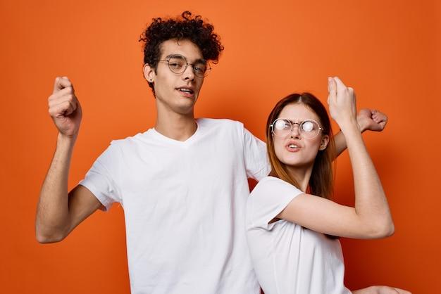 Casal jovem em camiseta branca emoções diversão moda comunicação