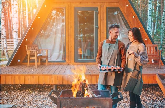 Casal jovem em dia quente de outono grelha e relaxa