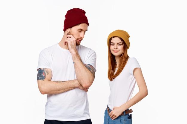 Casal jovem em estúdio de pose de camiseta branca