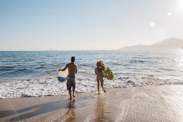Casal jovem em um dia de surf