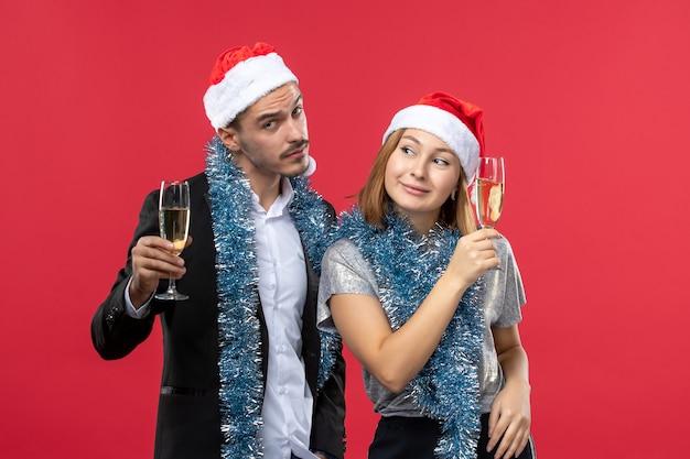 Casal jovem está comemorando festa de amor de natal