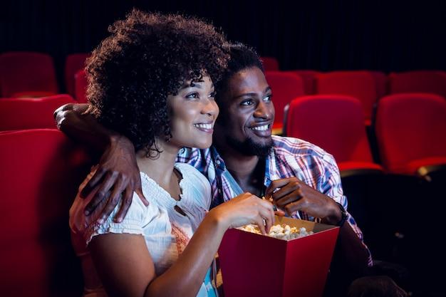 Casal jovem feliz assistindo a um filme