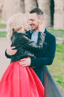 Casal jovem feliz durante férias em roma, itália