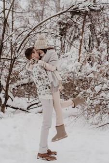 Casal jovem feliz em winter park se divertindo. família ao ar livre. amar.