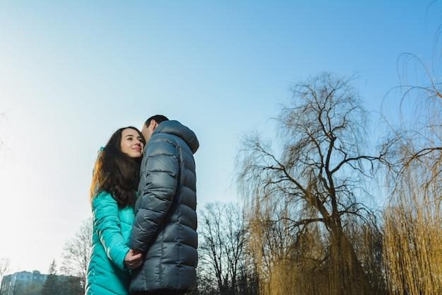 Casal jovem feliz em winter park, se divertindo no dia dos namorados.