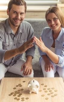 Casal jovem feliz está tocando suas mãos