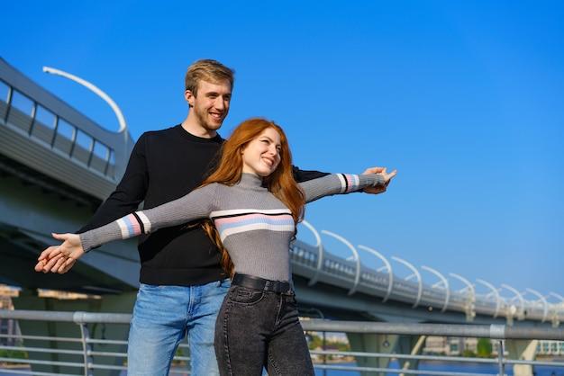 Casal jovem feliz, homem e mulher com longos cabelos ruivos