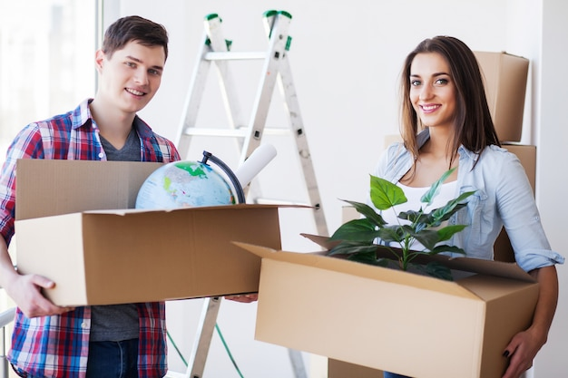 Casal jovem feliz, movendo-se para nova casa