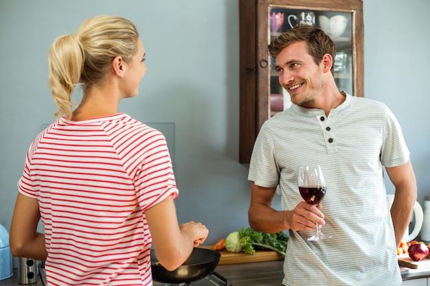 Casal jovem feliz na cozinha