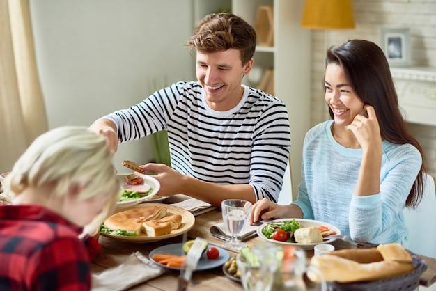 Casal jovem feliz na mesa de jantar