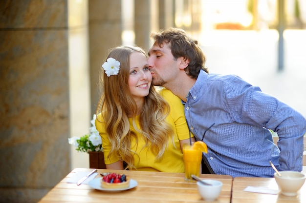 Casal jovem feliz no café ao ar livre