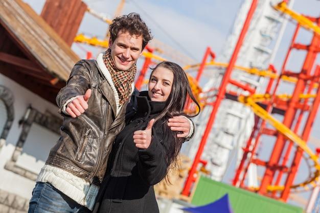 Casal jovem feliz no parque de diversões em wien
