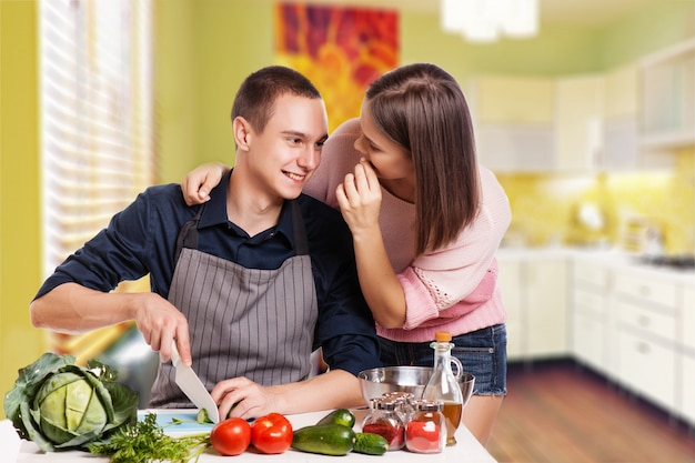 Casal jovem feliz se divertir na cozinha moderna