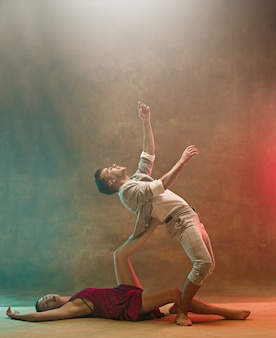 Casal jovem flexível de dança moderna