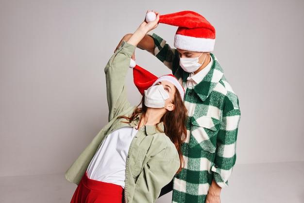 Casal jovem fofo roupas de ano novo, férias, estilo de vida, máscaras médicas