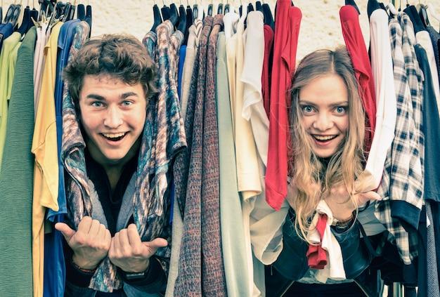 Casal jovem hippie apaixonado no mercado semanal de tecidos
