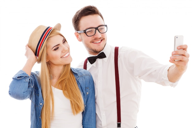 Casal jovem hippie fazendo um selfie