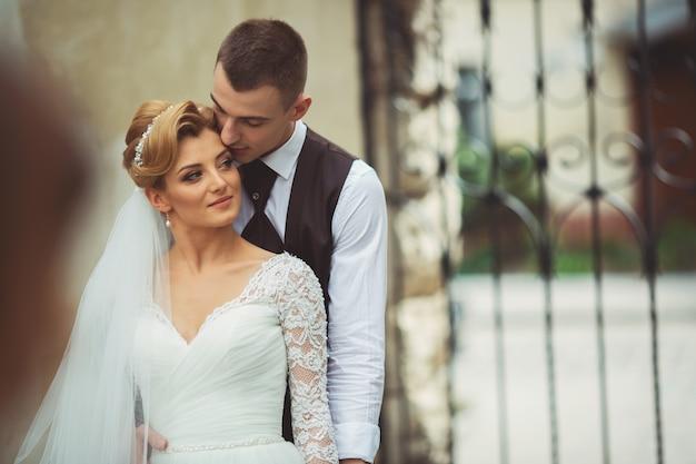 Casal jovem incrível casamento da cidade de manhã. caminhe no dia do casamento