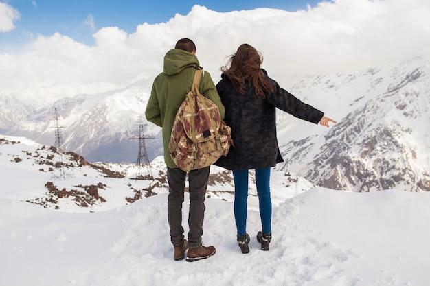 Casal jovem lindo hippie caminhando nas montanhas, viagem de férias de inverno, homem, mulher, apaixonado, vista de costas