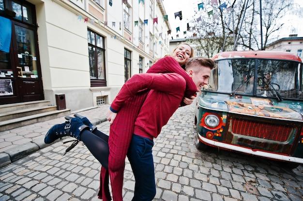 Casal jovem lindo moda elegante em um vestido vermelho em história de amor na cidade velha