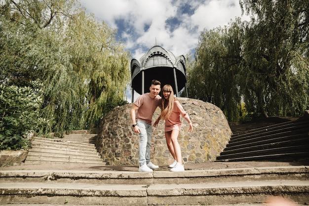 Casal jovem louco emocionalmente se divertindo, beijando e abraçando ao ar livre. amor e ternura, romance, família, emoções, diversão. se divertindo juntos