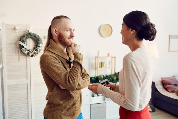 Casal jovem moderno conversando na festa