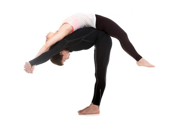 Casal jovem na postura da ioga