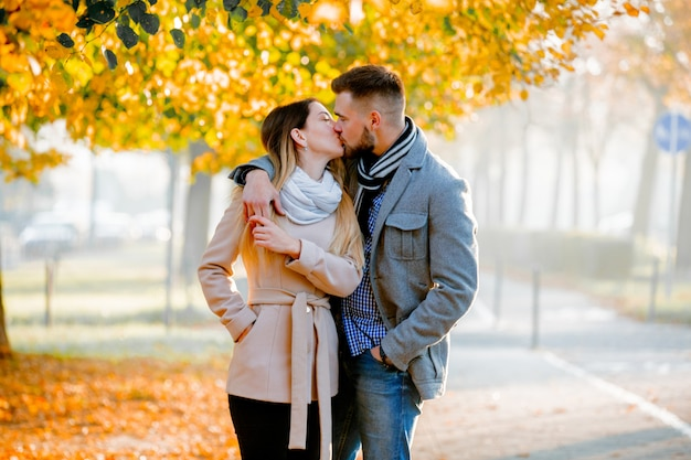 Casal jovem no beco de temporada outono