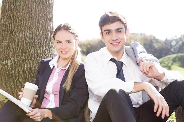 Casal jovem passar um tempo juntos ao ar livre