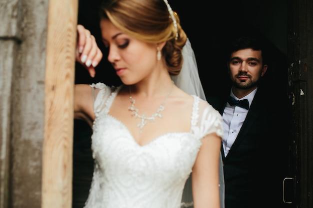 Casal jovem recém-casado posando