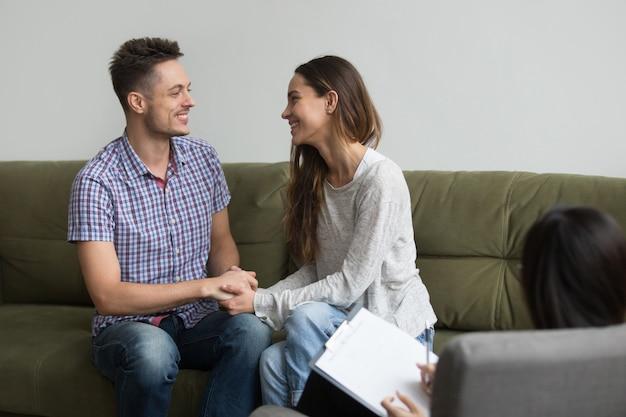 Casal jovem reconciliado depois de briga