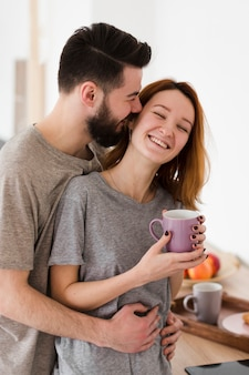 Casal jovem romântico, bebendo café