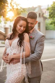 Casal jovem romântico caucasiano celebrando seu casamento na cidade.