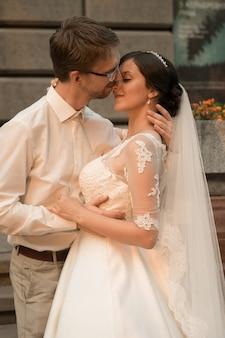Casal jovem romântico feliz e caucasiano celebrando seu casamento