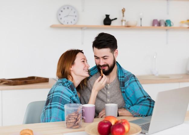 Casal jovem romântico, vestindo um cobertor quente