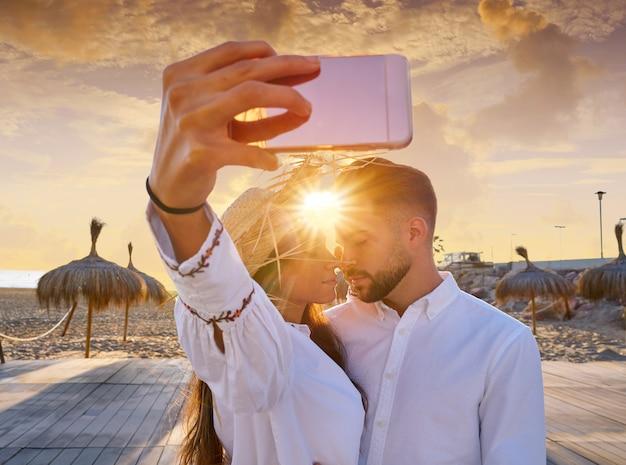 Casal jovem selfie foto em férias de praia