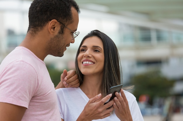 Casal jovem sorridente, olhando um ao outro