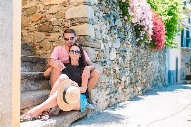 Casal jovem turista viajando em feriados europeus ao ar livre em férias italianas em cinque terre