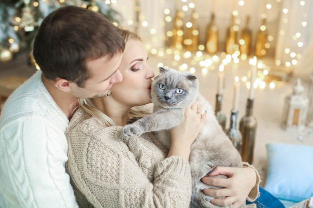 Casal junto com seu gato